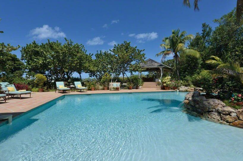 villa Soleil Couchant a beachfront located villa directly on Plum Bay Beach on the island of St Martin and two bedrooms and features a stunning private pool environment